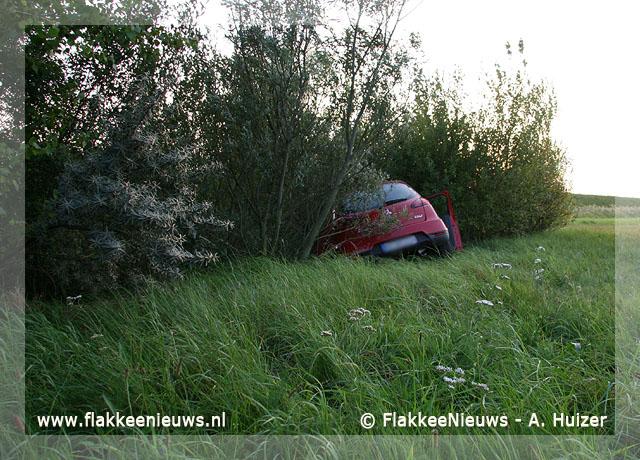 Foto behorende bij Auto uit de bocht bij Stellendam