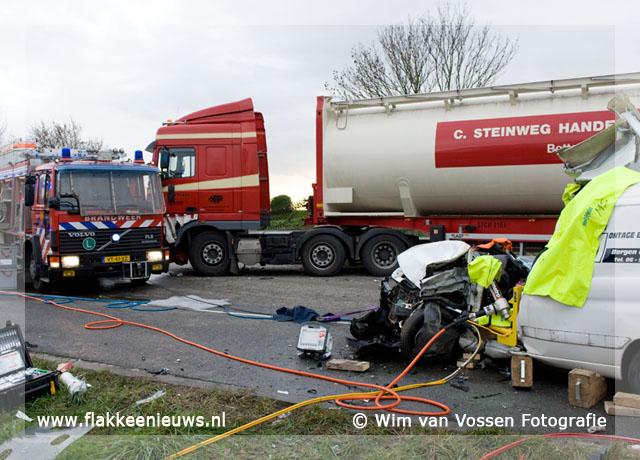 Foto behorende bij Frontale aanrijding tussen bestelbus en vrachtwagen