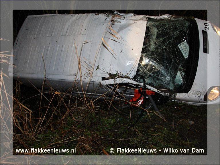 Foto behorende bij Bestelbusje rijdt van de dijk bij Dirksland