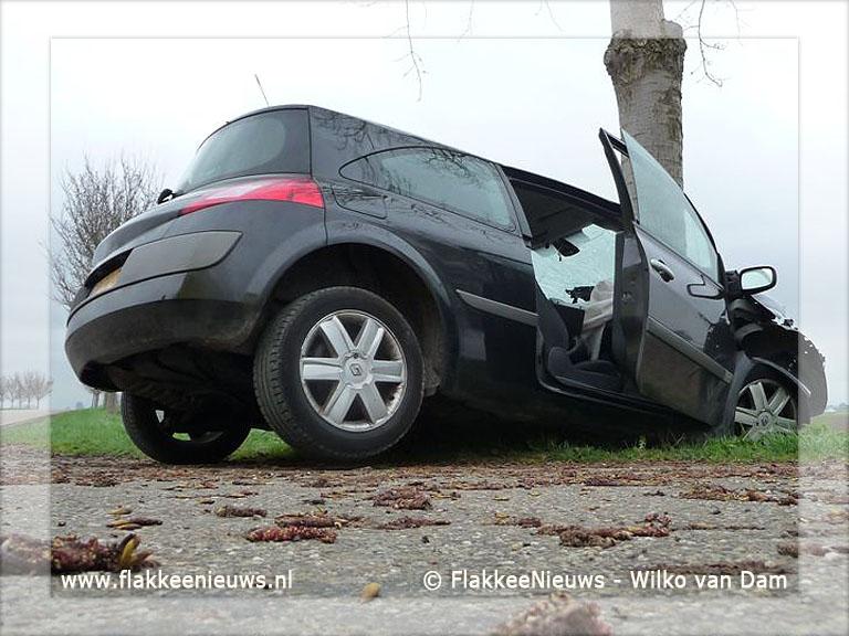 Foto behorende bij Bestuurder rijdt tegen boom op Tilsedijk