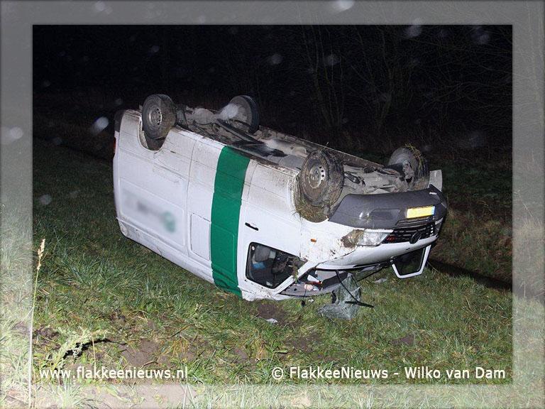 Foto behorende bij Bestelbus ondersteboven op parallelweg N59