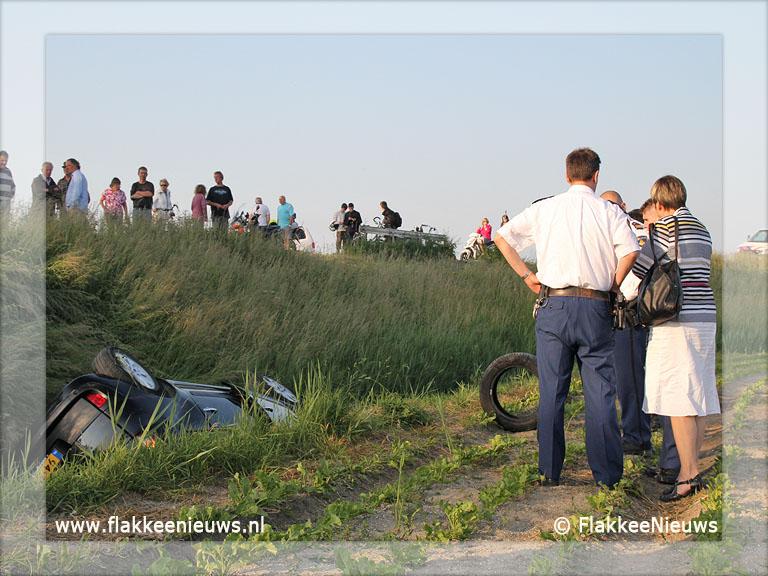 Foto behorende bij Auto van de dijk en belandt in sloot