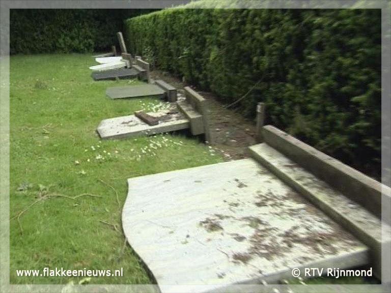Foto behorende bij 22 Graven vernield in Dirksland