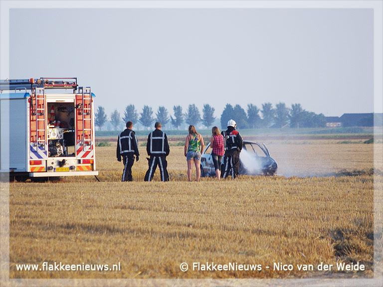Foto behorende bij Auto brand uit op graanveld