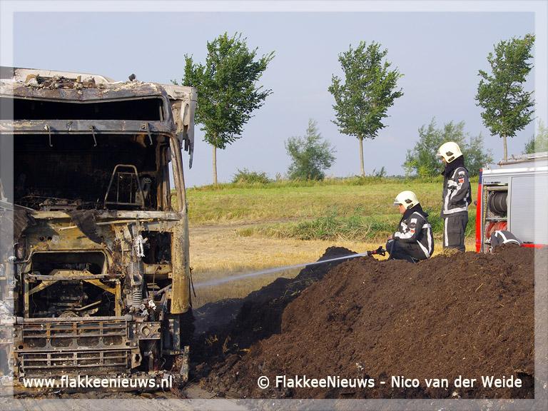 Foto behorende bij Vrachtwagen in brand op akkerland bij Herkingen