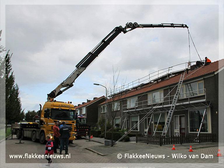 Foto behorende bij Steiger dreigt van dak af te waaien