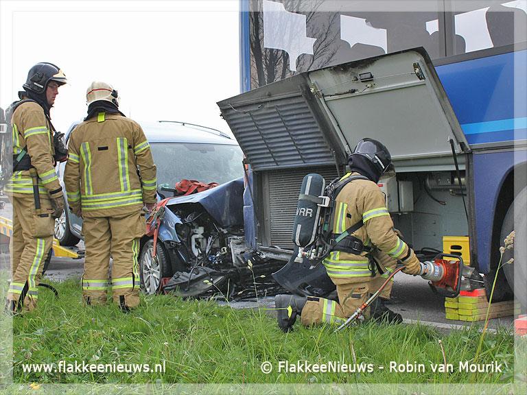 Foto behorende bij Auto rijdt zich vast in bus