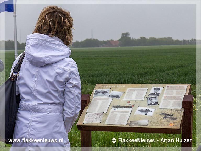 Foto behorende bij Familie van mei-vliegers onthullen informatiepaneel
