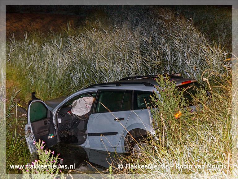 Foto behorende bij Twee gewonden door auto in de sloot