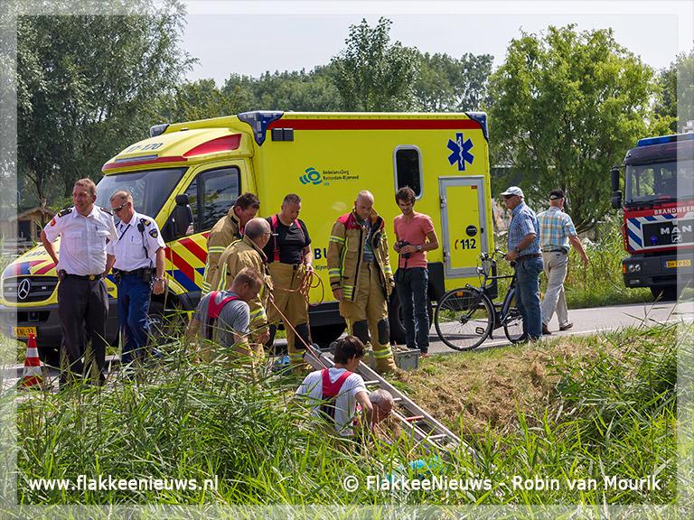 Foto behorende bij Brandweer haalt vrouw met scootmobiel uit de sloot