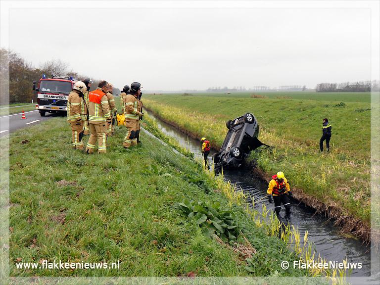 Foto behorende bij Twee gewonden door auto te water