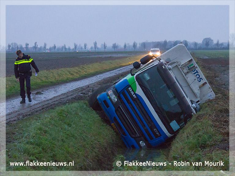 Foto behorende bij Vuilniswagen rijdt sloot in