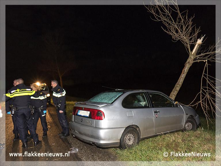 Foto behorende bij Auto tegen boom aangetroffen