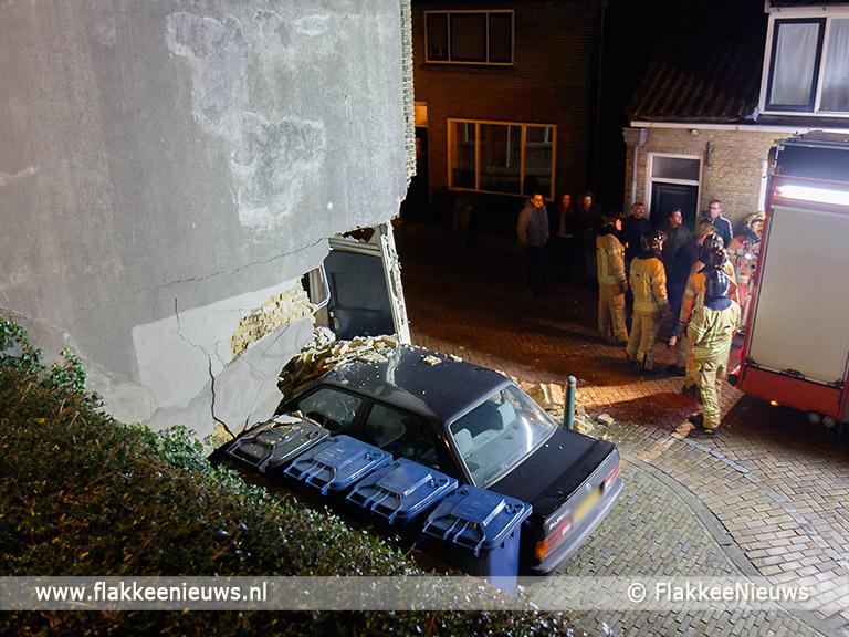 Foto behorende bij Auto rijdt pand binnen in Sommelsdijk