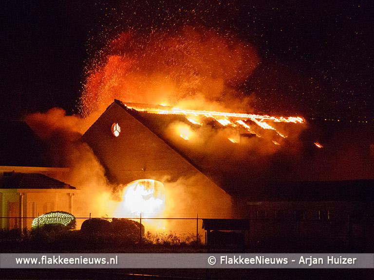 Foto behorende bij Grote brand bij boerderij in polder Stellendam