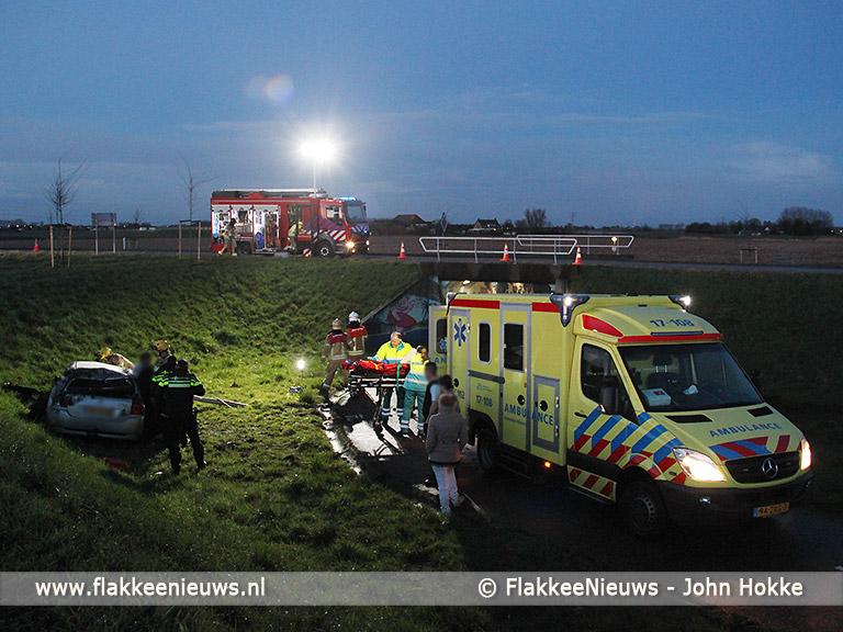 Foto behorende bij Bestuurder gewond bij auto van de dijk