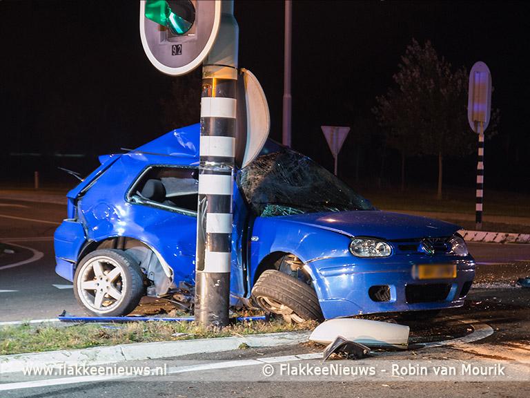 Foto behorende bij Auto vouwt om verkeerslicht op N59