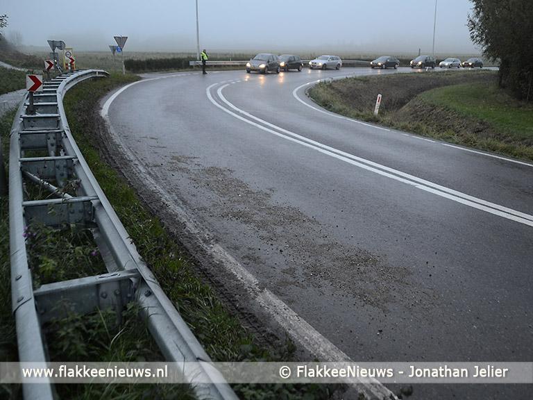 Foto behorende bij Auto in de sloot door grind op de weg