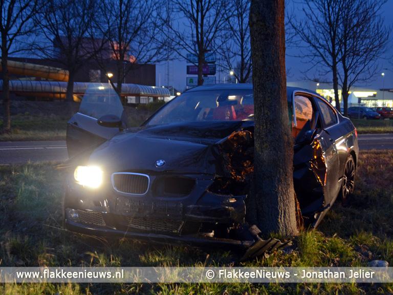 Foto behorende bij Auto tegen boom nabij Sommelsdijk