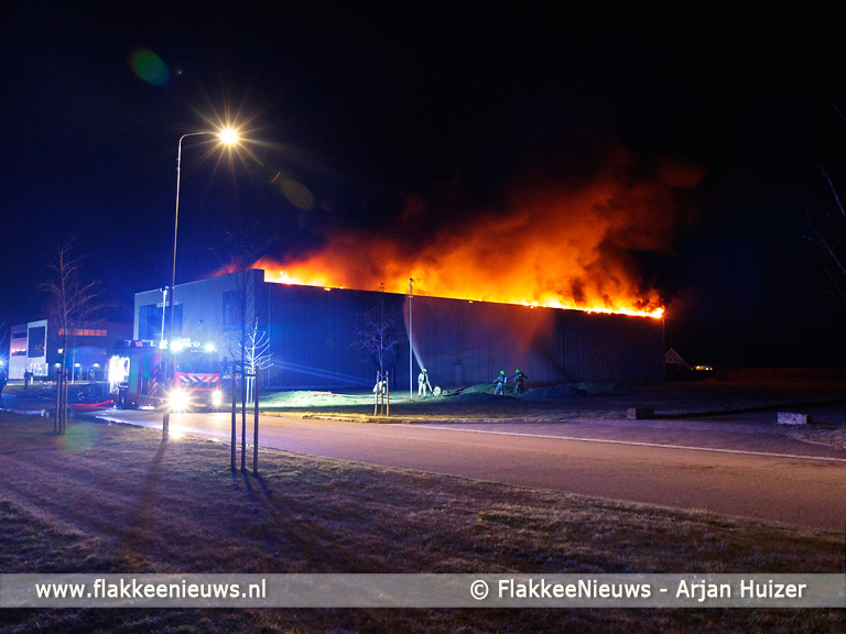 Foto behorende bij Uitslaande brand bij Oude-Tonge verwoest loods