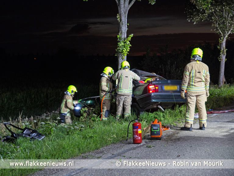 Foto behorende bij Zwaar gewonde bij aanrijding tegen boom