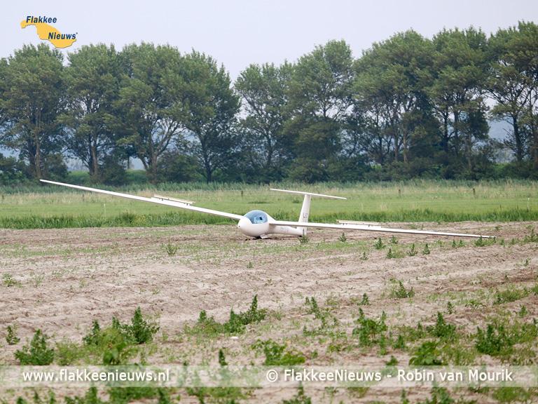 Foto behorende bij Zweefvliegtuig landt naast N57 bij Ouddorp