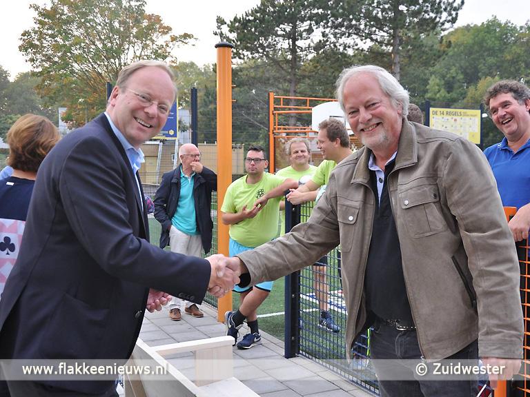 Foto behorende bij Lionsclub schenkt toeschouwersbankje aan Hernesseroord