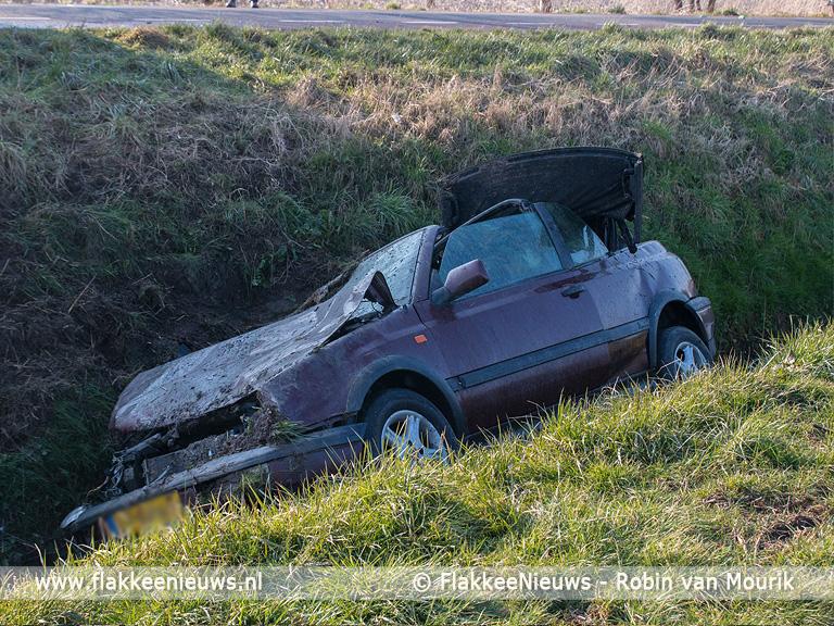 Foto behorende bij Auto belandt naast de weg in de sloot