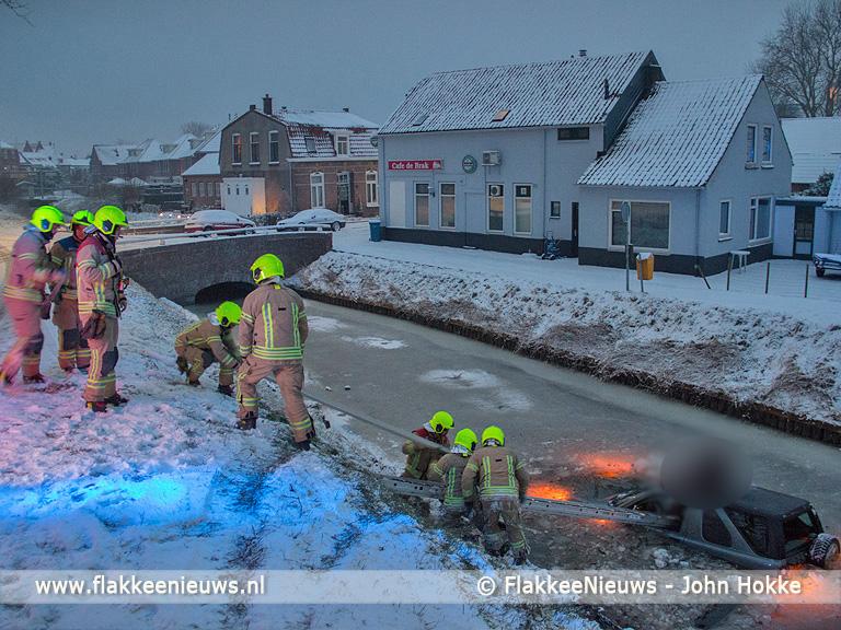Foto behorende bij Auto door het ijs gezakt in Ooltgensplaat