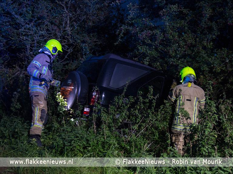 Foto behorende bij Hulpdiensten treffen lege auto aan naast de weg