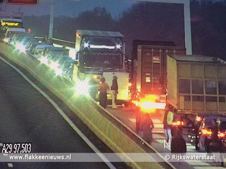 Foto behorende bij Verkeerschaos A29 door loszittende lantaarnpaal