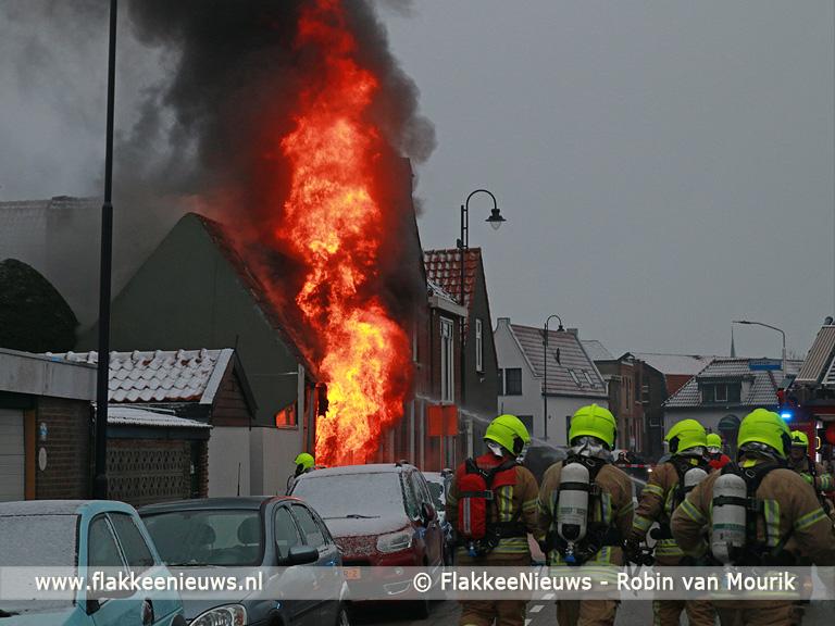 Foto behorende bij Vlammen slaan uit woning in Dirksland