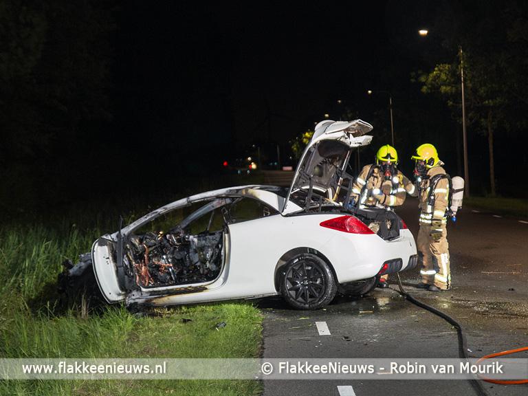 Foto behorende bij Auto vliegt in brand bij ongeval Middelharnis