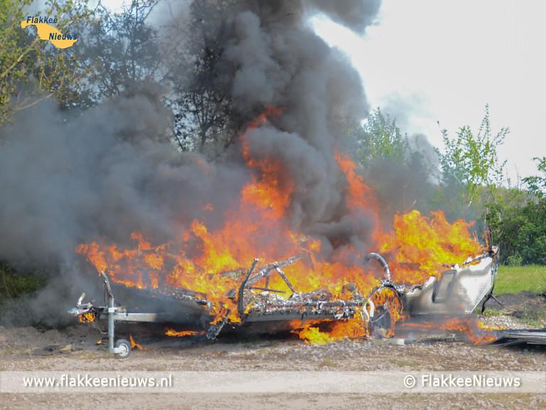 Foto behorende bij Caravan in brand en auto op z