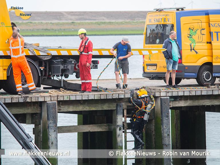 Foto behorende bij Auto rijdt haven in van Stellendam
