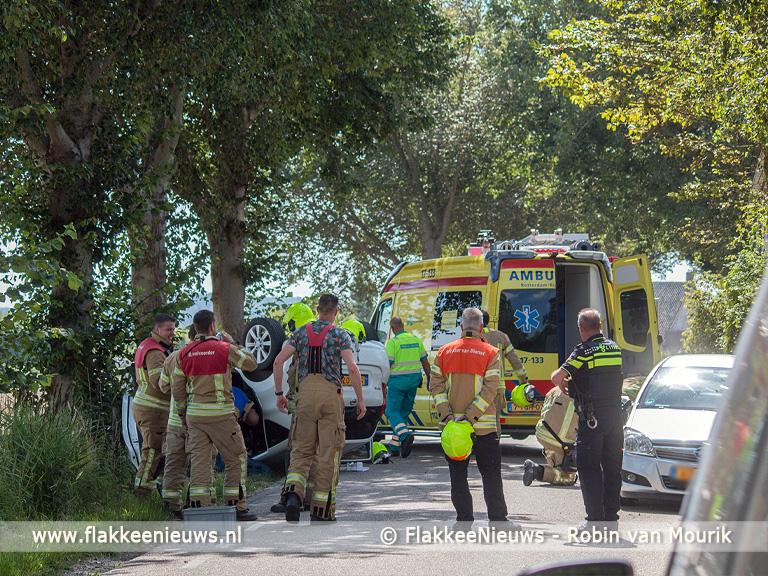 Foto behorende bij Brandweerlieden bevrijdden slachtoffer uit auto