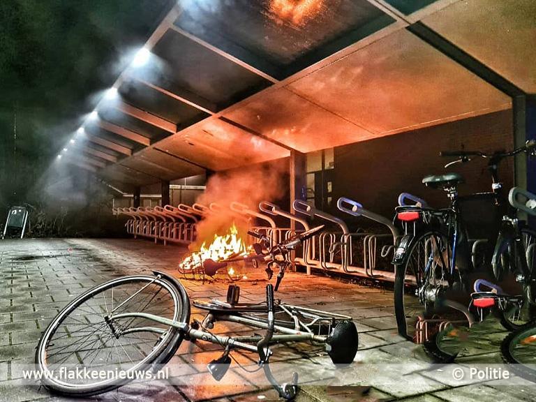 Foto behorende bij Politie maakt einde aan feestje en brandweer blust afval