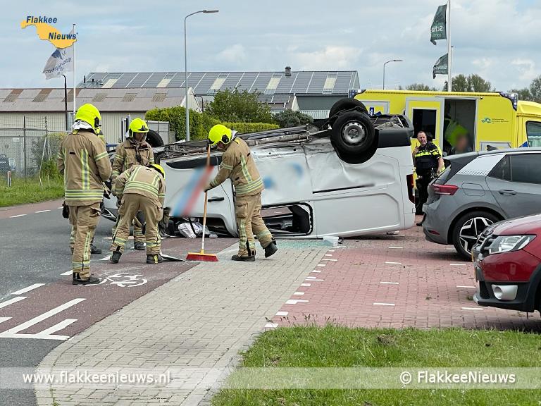 Foto behorende bij Bestelbus ondersteboven bij ongeval Stellendam