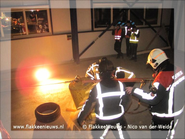 Foto behorende bij Brandweer oefent scheepsbrandbestrijding in Stellendam